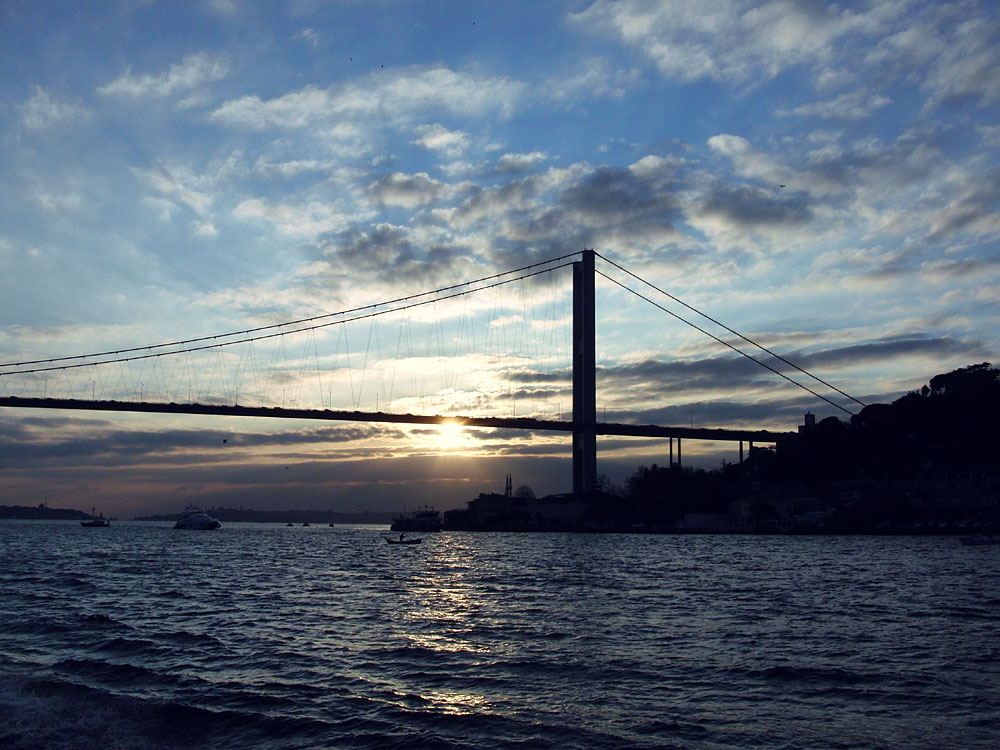 Eine von momentan zwei Brücken zwischen Europa und Asien: Boğaziçi Köprüsü / Bosporus-Brücke