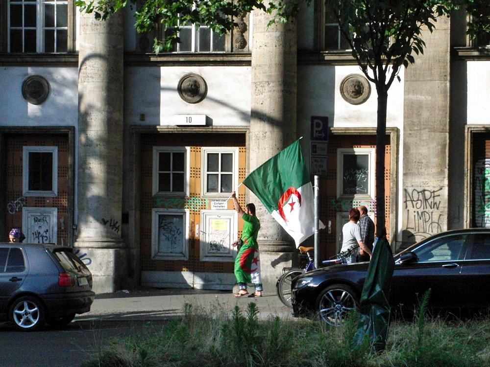 Variante von Stern und Halbmond: Algerischer Fußballfan, Berlin-Wedding 2014