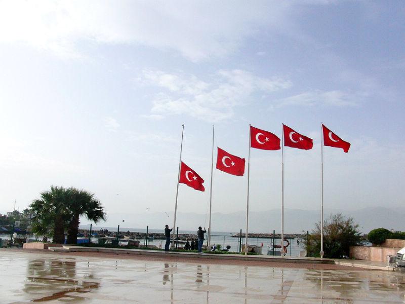 10. November, kurz vor 9 in İzmir, die Flaggen werden auf Halbmast gesenkt: Todestag von Mustafa Kemal Atatürk (1938).