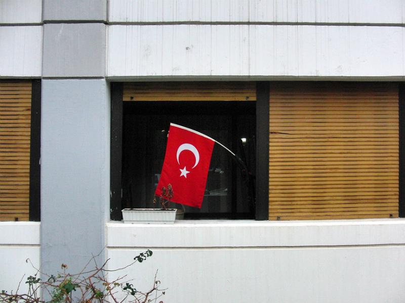 10. November, Fahne an einem Fitnessgerät in einer Wohnung.