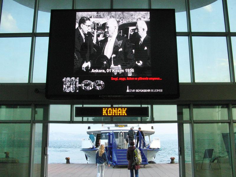 """10. November, im Fernsehen und auf Großbildschirmen Sondersendungen: Todestag von Mustafa Kemal Atatürk (1938). """"Sevgi, saygı, özlem ve şükranla anıyoruz - Mit Liebe, Achtung, Sehnsucht und Dankbarkeit gedenken wir""""."""