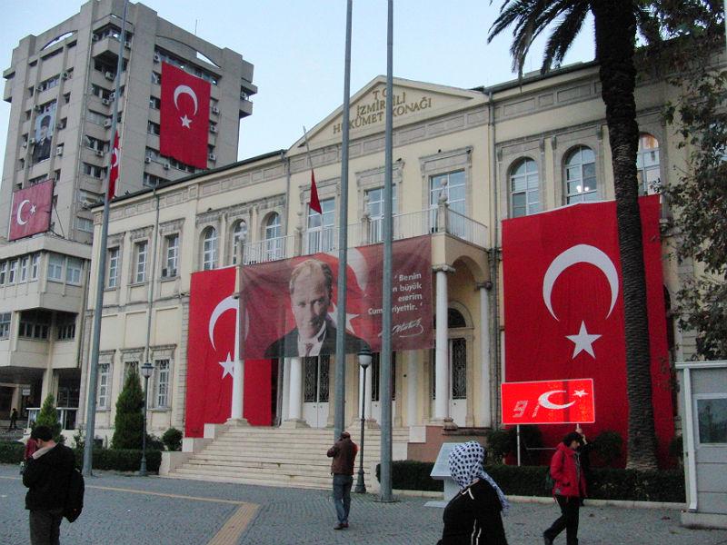 10. November, öffentliche Gebäude sind großflächig beflaggt: Todestag von Mustafa Kemal Atatürk (1938).