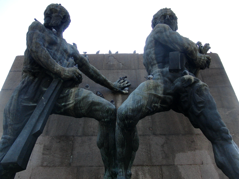 """""""Güvenlik Anıtı"""" (Denkmal des Vertrauens) der Clemens Holzmeister, Anton Hanak und Josef Thorak (Österreich) von 1935 mit einem Zitat Atatürks: """"Türk, Öğün, Çalış, Güven"""" (Türke, rühme dich, arbeite und vertraue)"""