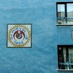 Demiryol İş (Eisenbahn-Arbeit) an einer gefliesten Fassade in Ankara