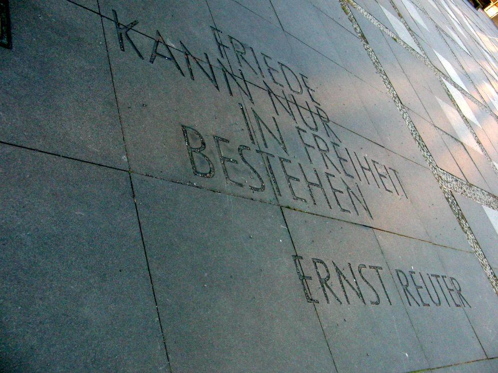 Barış, özgürlük: 1951 yilindan birinci Berlin'e Hükümet Eden Belediye Başkanı olan Ernst Reuter , 1935 – 1946 yılları arasında Türkiye'de sürgünde yaşıyordu.