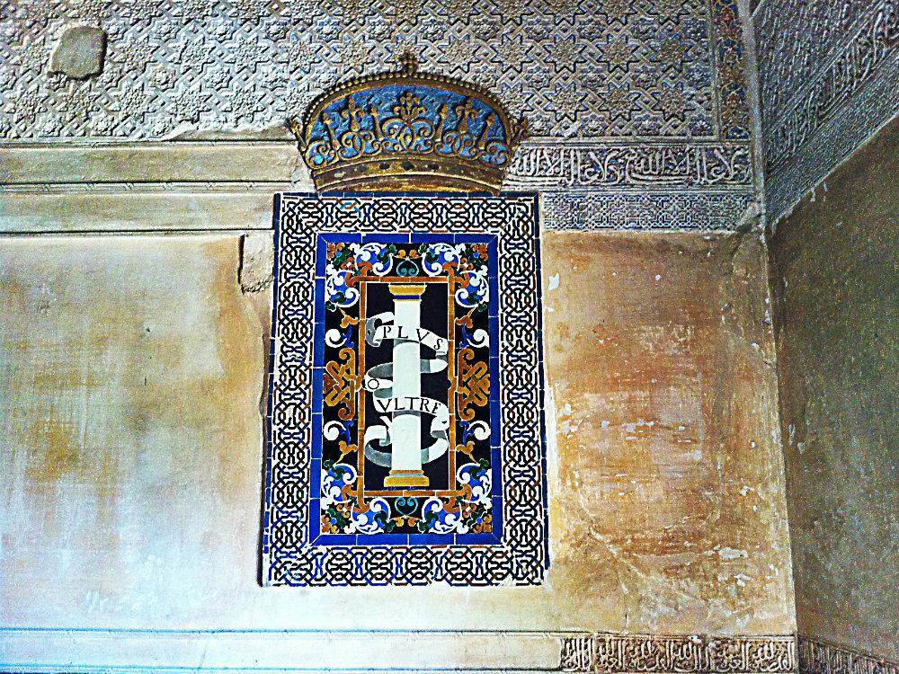 Katholische Krone, integriert in islamische Keramik, Alhambra, Granada, Spanien 2015