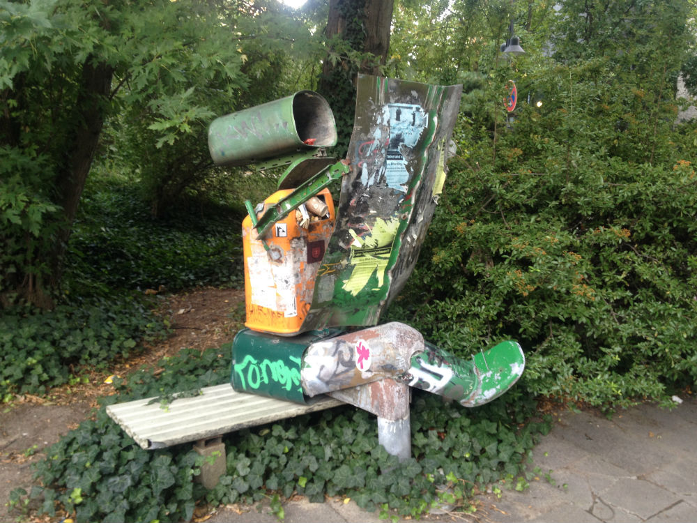 Mülleimer-Skulptur im Uni-Grün