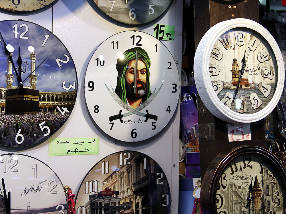 Uhrenverkauf, Alī ibn Abī Tālib-Uhr, Eminönü, Istanbul 2015