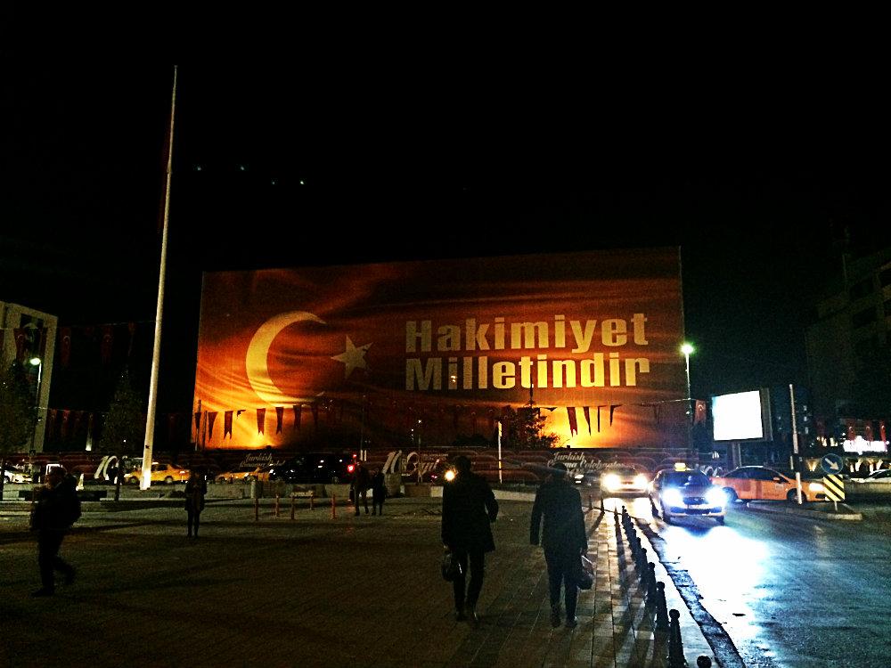 """""""Hakimiyet Milletindir"""", die """"Souveränität/Herrschaft des/der Volkes/Nation"""", Atatürk-Kulturzentrum, Taksim, Istanbul 2016"""