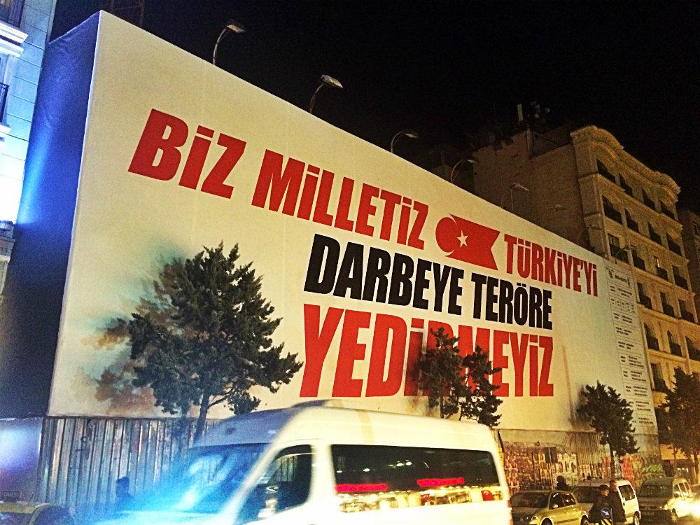"""""""Biz Milletiz Türkiye'yi darbeye teröre yedirmeyiz"""", """"Wir sind ein Volk, das die Türkei nicht von Putsch und Terror vernichten lässt"""", Istanbul, 2016"""
