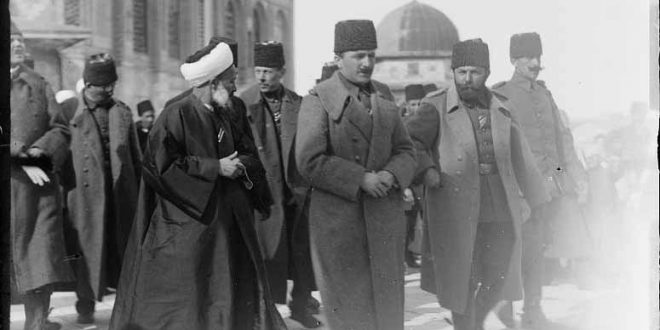 Enver Pascha besucht 1916 zusammen mit Cemal Pascha den Felsendom in Jerusalem, bis 1917 Teil des Osmanischen Reichs © Library of Congress, Prints & Photographs Division, [LC-DIG-matpc-11599]