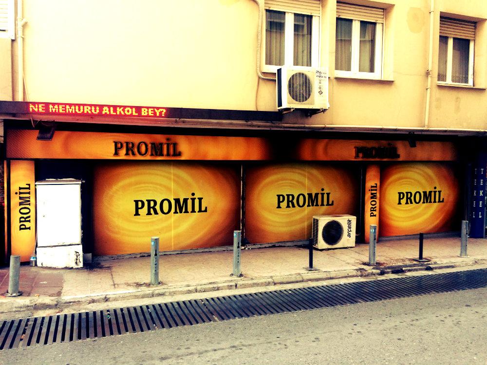 Promil = Promille: Großflächige Alkoholwerbung, Izmir 2017
