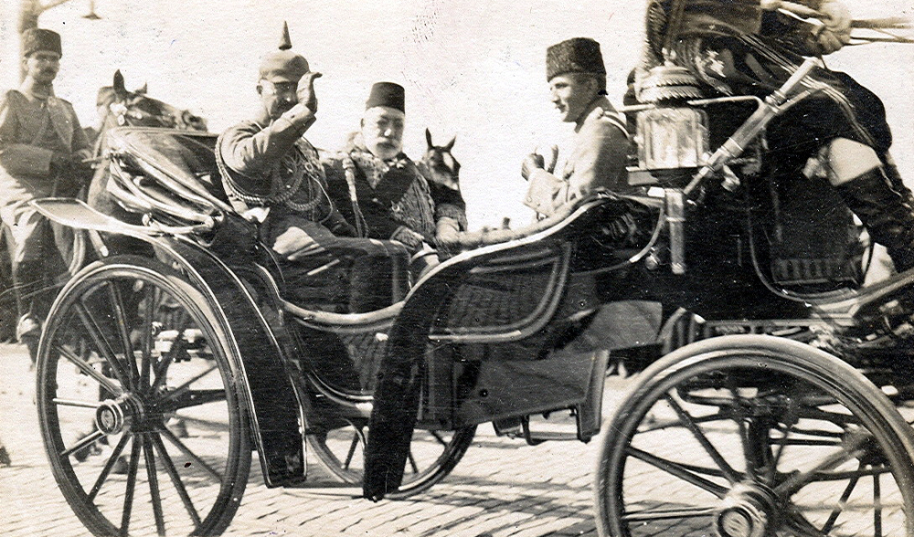 Kaiser Wilhelm II., Sultan Mehmed V. und Enver Paşa in Konstantinopel, Postkarte, 2017, © Bundesarchiv