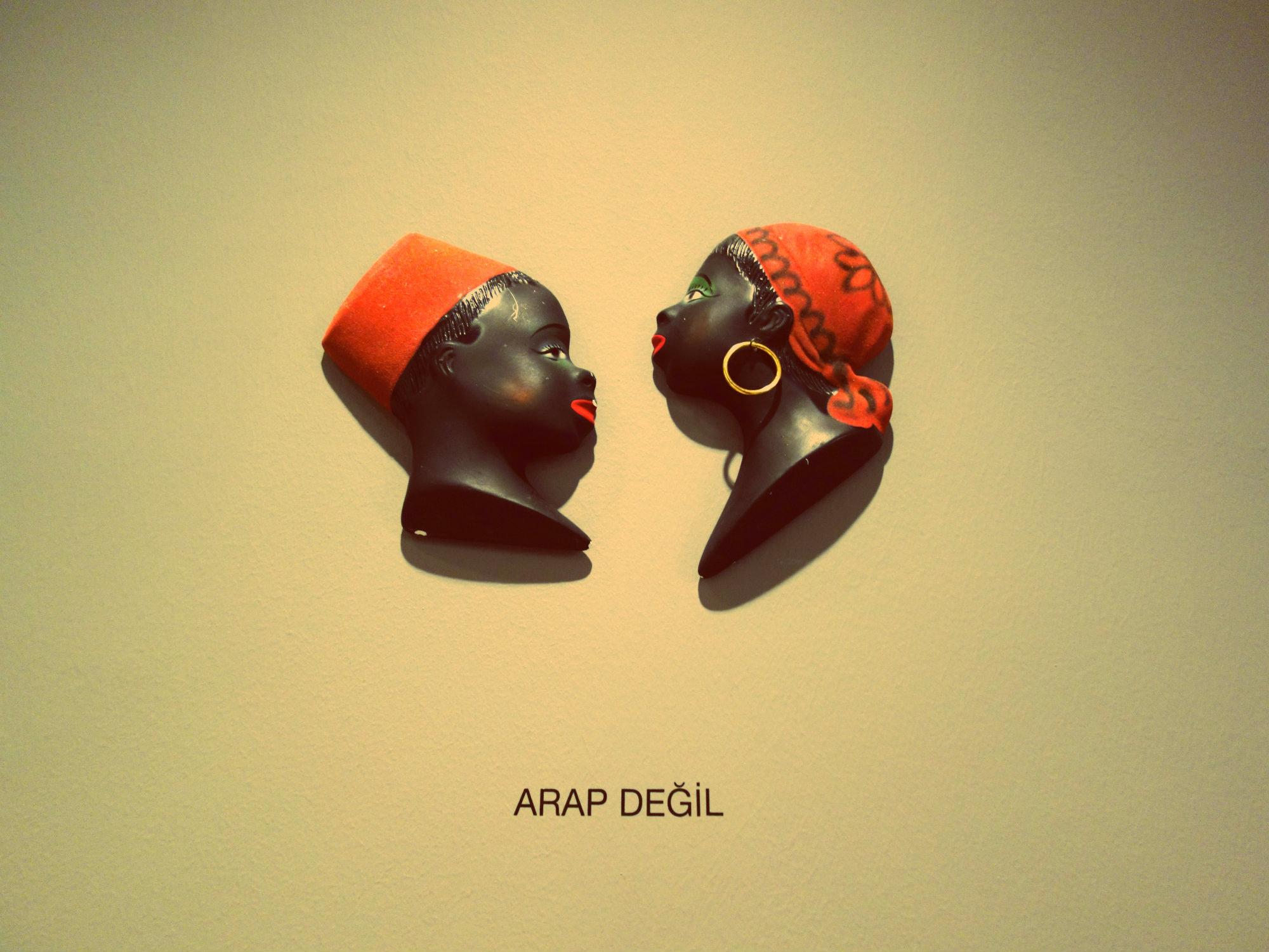 Fred Wilson: Arap değil / Nicht arabisch, Istanbul Biennale 2017
