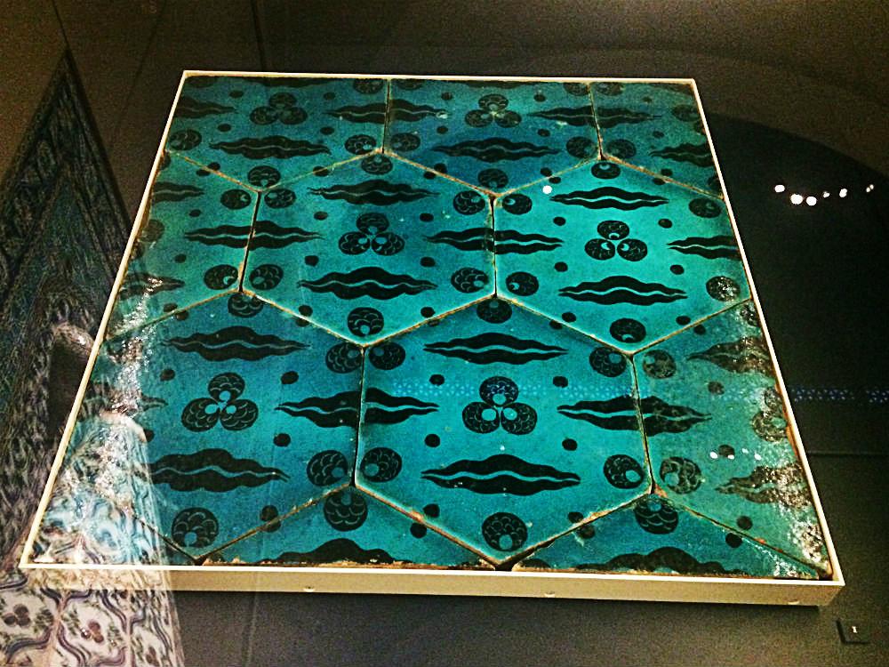 Osmanische Fliesen im Tiger- und Leopardendesign, Jameel Gallery of Islamic Art, Victoria & Albert Museum, London 2018