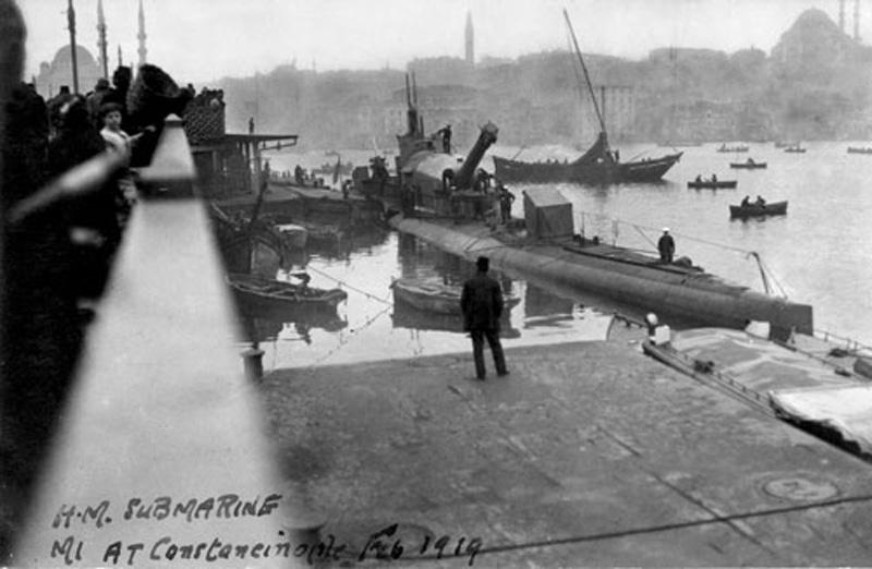 U-Boot HMS M1 der britischen Royal Navy in Istanbul, 1919 (Milliyet)