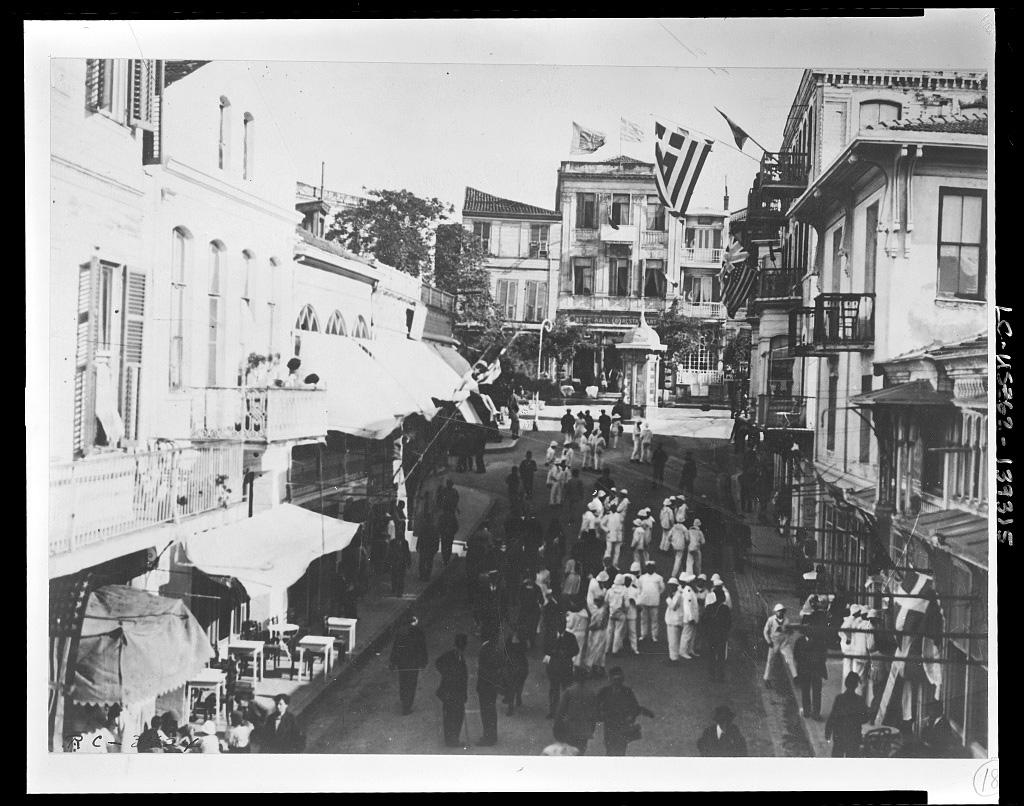 Griechische Fahnen im griechischen Viertel, Istanbul 1920 (Library of Congress, loc.gov/item/2010650576)