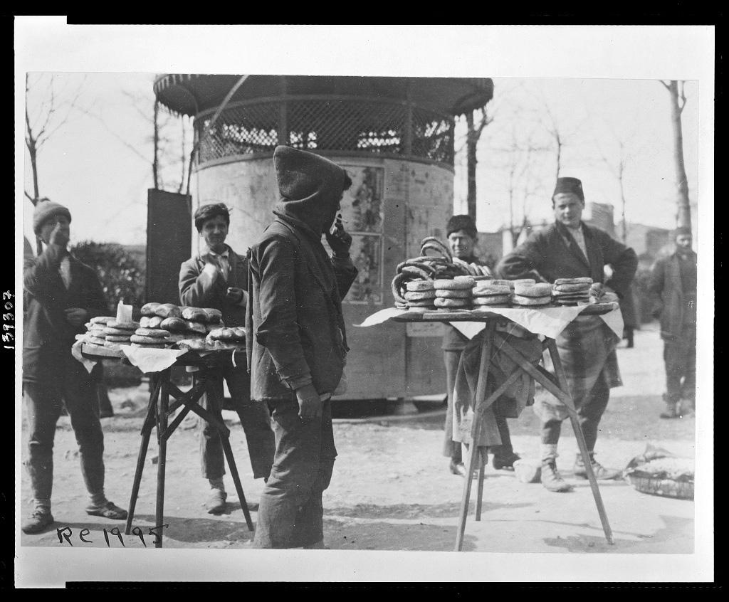 Simitverkäufer, Istanbul 1920 (Library of Congress, loc.gov/item/2010650580)