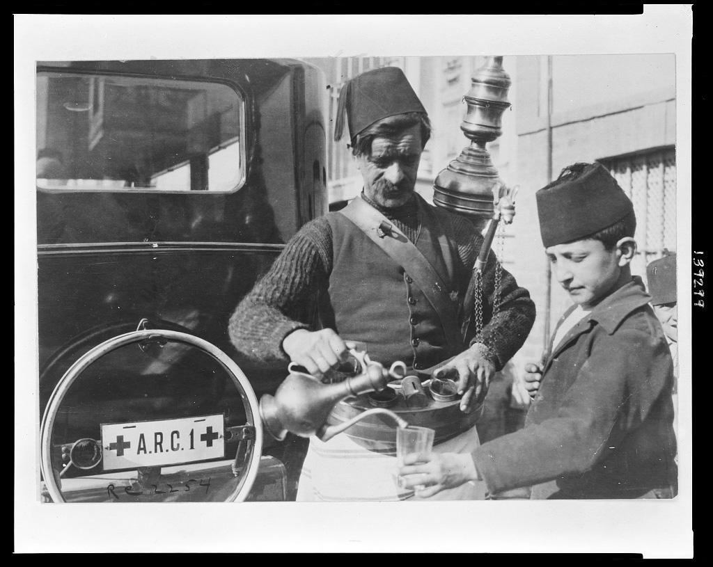 Straßenhändler und Wagen des Amerikanischen Roten Kreuzes, Istanbul 1920 (Library of Congress, loc.gov/item/2010650588)