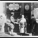 Straßenhändler und amerikanischer Major, Pera, Istanbul 1920 (Library of Congress, loc.gov/item/2010650569)